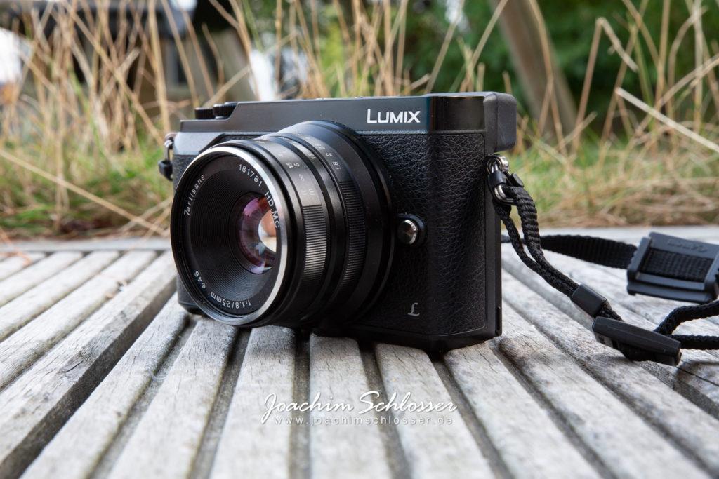 Panasonic Lumix GX80 mit 7artisans 25mm 1.8 schräg vorne